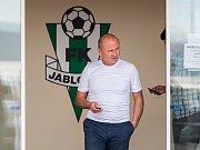 Petr Flodrman před sídlem prvoligového fotbalového klubu FK Jablonec.