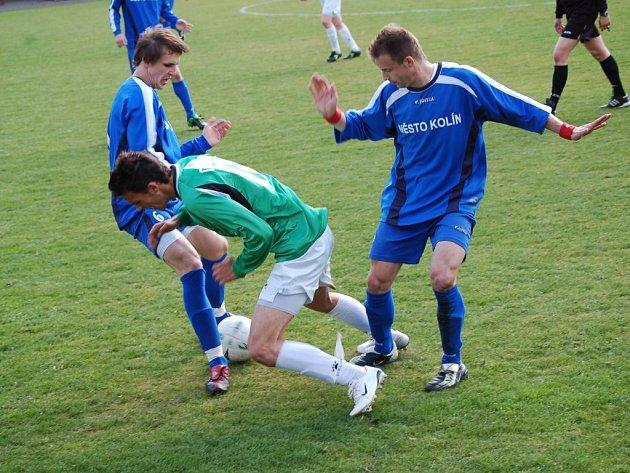 Jablonecký hráč neustál soubej se dvěma protihráčům a přišel o balón.