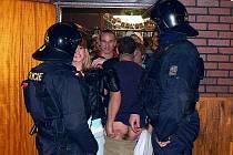 Padesátka policistů, z toho polovina těžkooděnců, psovodi, celní zpráva, živnostenský úřad a policisté z Polska. V co největším utajení připravili jednu z největších razií na Jablonecku proti mladým opilcům na diskotéce.