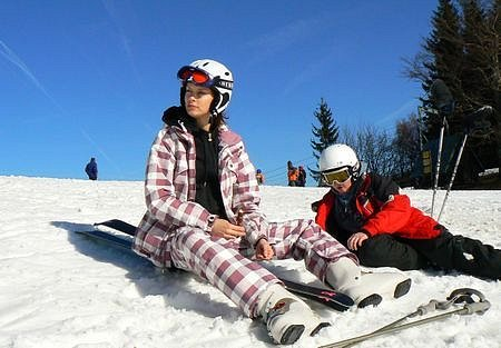 Na sjezdovce Severák si jarních teplot užívaly stovky lyžařů. První bronz chytala i Kateřina se svým bratrem Dominikem.
