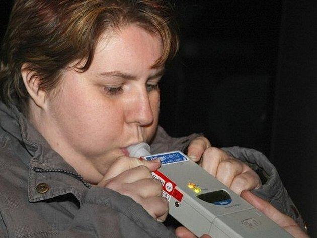 Kontrola alkoholu v dechu přístrojem Drager. Ilustrační snímek.