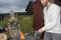Na Anenské pouti si mohli návštěvníci vyzkoušet kovařinu. Kovář s pomocníkem Vratislavem Lelkem vyráběli zvonky, věšáky a hřebíky.