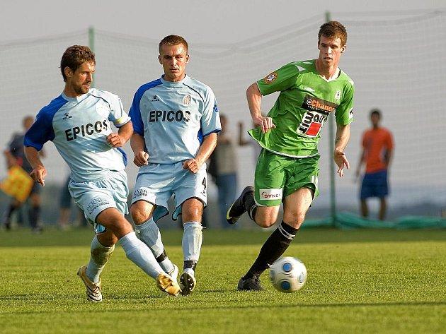 Ondrášovka cup. Na snímku domácí kapitán Jan Flachbart  (úplně vlevo ) rozehrává míč před dotírajícím jabloneckým Milanem Vukovičem  ( vpravo v zeleném ). Uprostřed domácí Jiří Svojtka.
