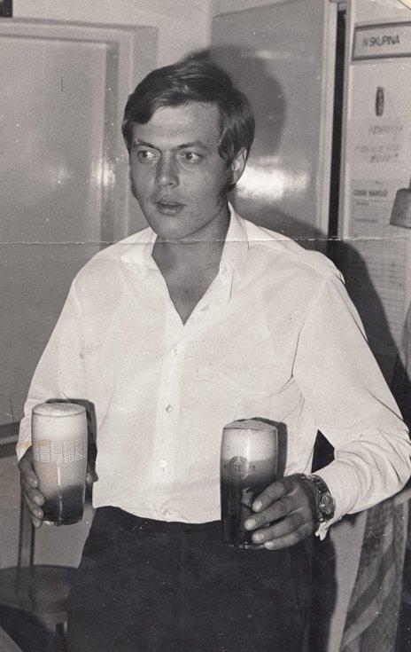 René Matoušek jako hostinský na začátku 70. let 20. století.