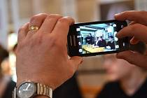 Prezentace studentského projektu Kdyby kašna mohla vyprávět v jabloneckém Domě česko-německého porozumění.