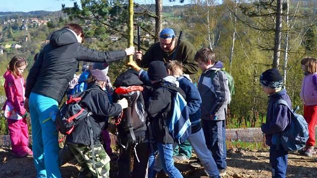 Děti sází hloh obecný u své školy.
