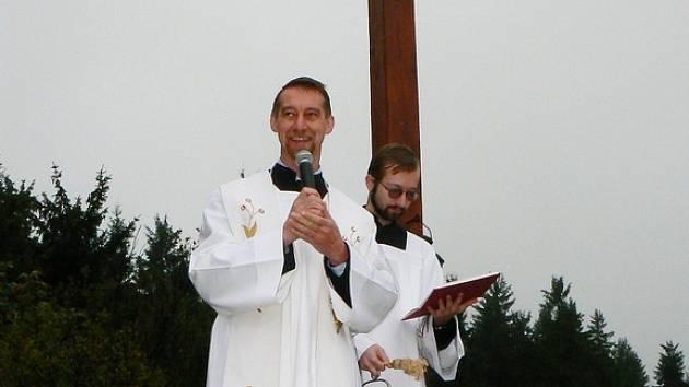 Děkan Oldřich Kolář posvětil novou dominantu Jizerských hor. Na více než sedmimetrovém kříži pak poprvé rozsvítil svíčku v lucerně.