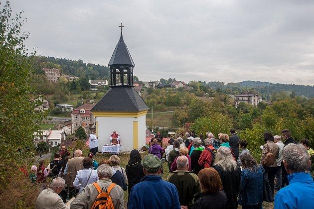 Mše u zvoničky v Loužnici na Jablonecku proběhla 28. září v rámci setkání rodáků, přátel a občanů obce Loužnice.