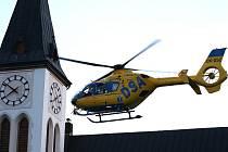 Popáleného třiatřicetiletého muže transportovali vrtulníkem do Prahy.