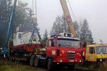 Odvoz lokomotivy od bývalé teplárny.
