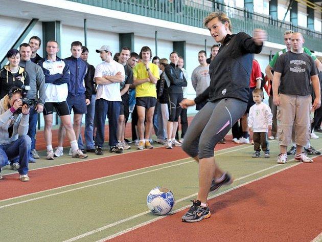 V atletické hale na jablonecké Střelnici se konal tradiční Silvestrovský desetiboj v netradičních sportovních disciplínách. Toho se každoročně účastní olympijská vítězka v hodu oštěpem Barbora Špotáková, která zde startuje za družstvo FC Beercelona.