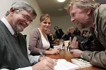 Ve Zlaté Olešnici v sobotu pokřtil i podepisoval svou knihu a DVD o obci Petr Práger.