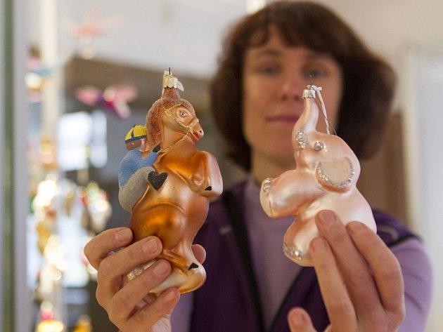 Na snímku kurátorka Muzea skla a bižuterie Dagmar Havlíčková.