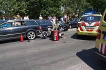 Řidič na malém motocyklu nesledoval provoz a narazil do zastavujícího vozidla VW Passat. Utrpěl při tom lehké zranění.