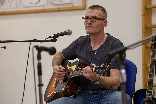 Koncert vězňů se odehrál 22.listopadu ve Věznici Rýnovice vJablonci nad Nisou. Vystoupili celkem čtyři odsouzení, dva muži a dvě ženy.
