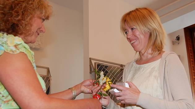 Zlatou medaili Lenka Urbánková (vpravo) od Heleny Ungermannové.