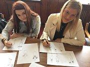 Studentky Nela Laurinová a Barbora Švarcová ze Střední průmyslové školy textilní představily první šaty z kolekce, kterou aktuálně tvoří pro finalistky Miss Libereckého kraje.