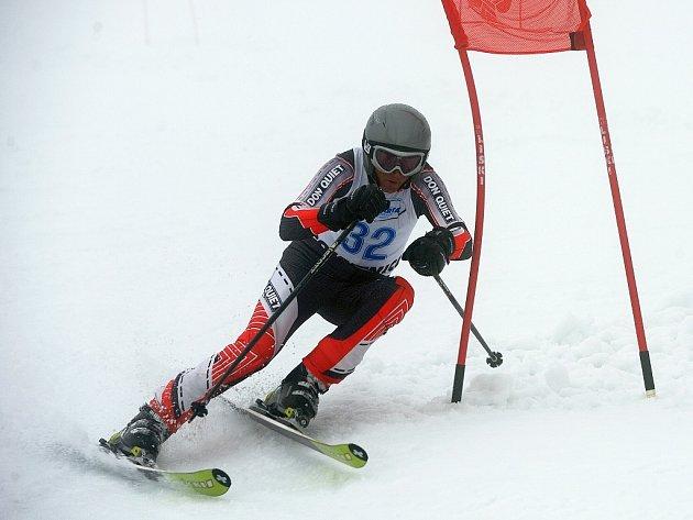 Na sjezdových tratích v Rokytnici nad Jizerou se uskutečnilo Mistrovství České republiky veteránů ve sjezdovém lyžování. Na snímku vítěz kategorie mužů 60 – 65 let Jiří Tacinec z Tanvaldu na trati.