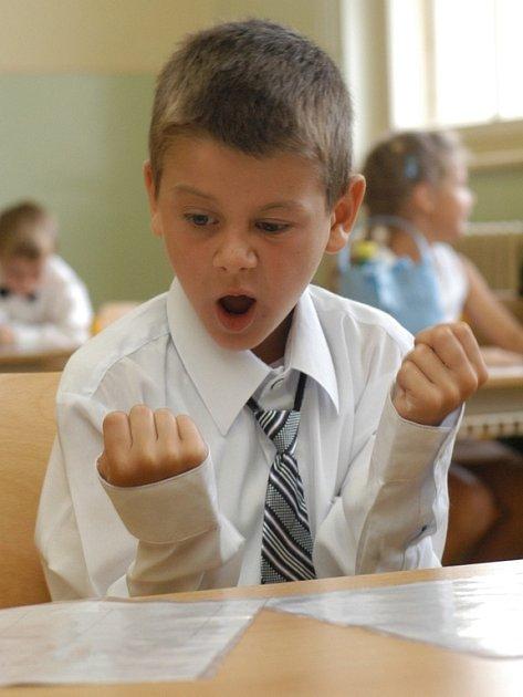 Některé děti se na konci školního roku radují a některé mají strach co jim na vysvědčení rodiče řeknou. Některé dětí se nedokáží vyrovnat s nároky rodičů, které se liší od možností. Děti se pak chovají i zkratkovitě.