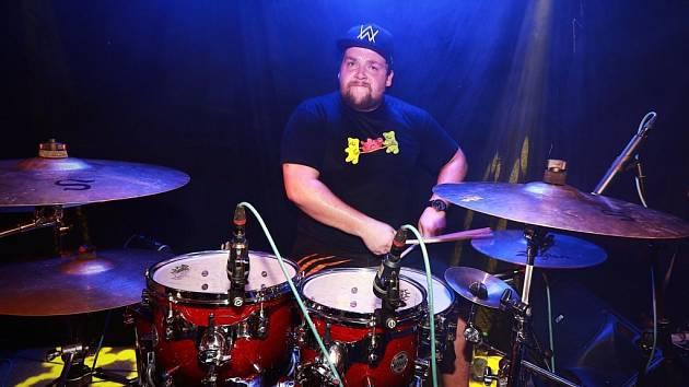 Petr Hozák, radní a zastupitel města Doksy a bubeník ve skupině F.A.King zorganizoval, nahrál a smíchal singl Jako pstruh. Pomohli mu muzikanti napříč republikou, nejvíce ale z Libereckého kraje.