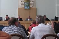 Primátor Jablonce n. N. a jeho náměstci před ostatními zastupiteli