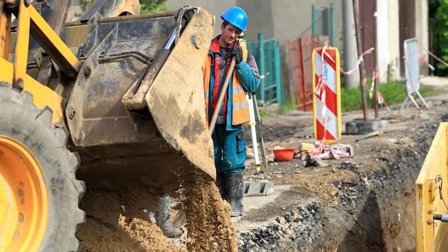 Už od dubna je v Jablonci uzavřená značná část ulice Krkonošská ve Vrkoslavicích, kde až do podzimu probíhá budování kanalizace a rekonstrukce vodovodu.