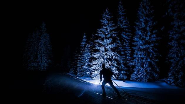 Kdo ještě neokusil krásu Jizerských hor v noci, má jedinečnou příležitost první lednový víkend. Na tratě se vydá s čelovkou.
