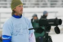 """Trenér biatlonistů Ondřej Rybář v jabloneckých Břízkách. Nápis """"Bobku vstávej, jdem si pro medaili"""" zdobí jeho triko na silvestrovských štafetách. Teď dovedl tým ke stříbru ve SP."""