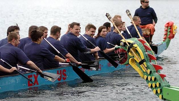 V sobotu se v Jablonci nad Nisou uskutečnil nultý ročník závodů dračích lodí na jablonecké přehradě Mšeno.