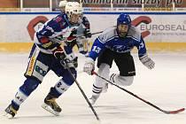 Dorostenci Jablonce vyhráli ligu Libereckého kraje, když v boji o prvenství dvakrát zdolali Lomnici (v tmavém).