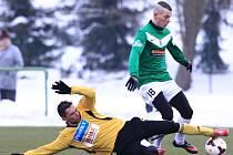 Fotbalisté Jablonce porazili Bohemians Praha 3:2. Na snímku je David Norek z Bohemians a Pavel Moulis z Jablonce.