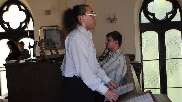 Zrakový handicap jim nevadí. Svoji hudbou rozdává Jakub Slezák a Miroslav Orság kolem sebe radost ostatním.