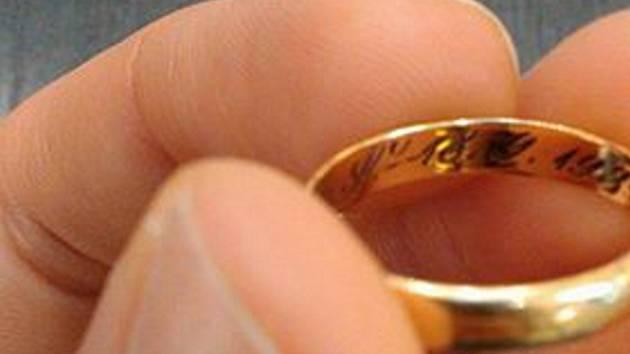 Nalezný snubní prsten v jablonecké prodejně enny.