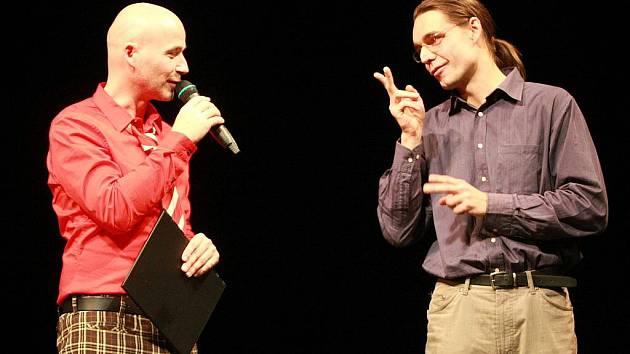 V Městském divadle v Jablonci sešly v sobotu různé soubory s handicapovanými v komponovaném pořadu Společně na jevišti. Pořadem provázel Jan Musil a mluvené slovo bylo simultáně překládáno do znakové řeči.