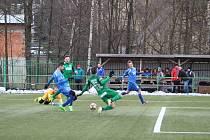 Tři body z mistrovského utkání krajského přeboru si připsali hráčů Hamrů (zelené dresy).