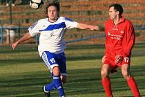 Mšeno si doma poradilo 2:0 s Hrádkem nad Nisou (v červeném).