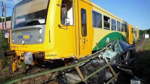 Ke střetu auta s vlakem došlo na přejezdu v těsné blízkosti vlakové zastávky Karlovice-Sedmihorky.