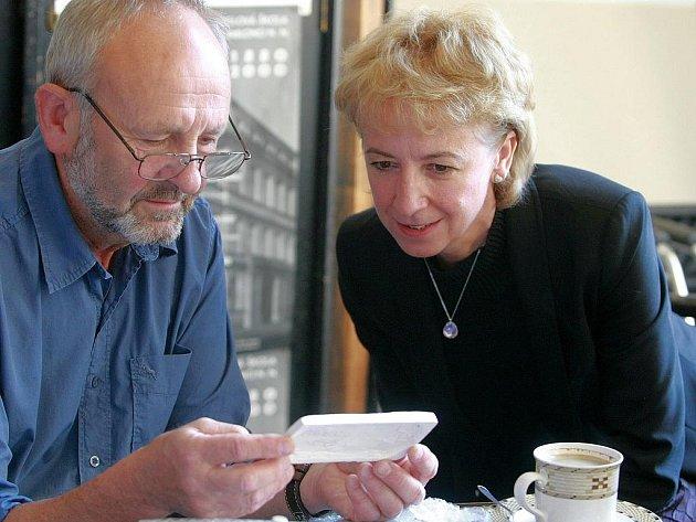 Eva Bartoňová, náměstkyně ministra školství, navštívila jabloneckou Střední uměleckoprůmyslovou a Vyšší odbornou školu v době maturit spolu s akademickým sochařem Marianem Karlem. Na snímku s ředitelem, akademickým sochařem Jiřím Dostálem v jeho pracovně.