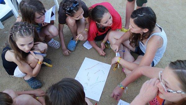 Děti se učily poznávat jeden druhého. Ktomu jim pomohla hra Lidské bingo.