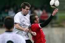 Fotbalisté Lučan (v bílém) si výhrou nad Zásadou pojistili vedení v I. B třídě.