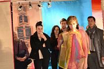 Katedra designu Fakulty textilní Technické univerzity v Liberci připravila výstavu SEMESTRÁLNÍ PRÁCE studentů KDE oboru Textilní a oděvní návrhářství. Zahájila úterní ji módní přehlídkou v jablonecké Galerii N.