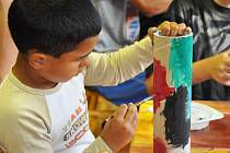 Děti z Dětského domova v Jablonci vyrábějí netradiční hudební nástroje v rámci projektu Veselé léto.