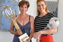 Jiřina Adamičková Pelcová a Gabriela Koukalová se svými glóby za celkové prvenství ve Světovém poháru.