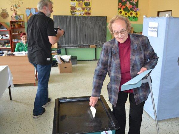 10. října ve 14hodin začaly volby do zastupitelstev měst a obcí. Ve volebních místnostech vZŠ Sokolí vJablonci, okrsek č. 5, 6, 7volí první voliči pár minut po začátku.
