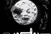 Film s tímto slavným  záběrem natočil již v roce 1902 francouzský filmový průkopník Georges Méliès.