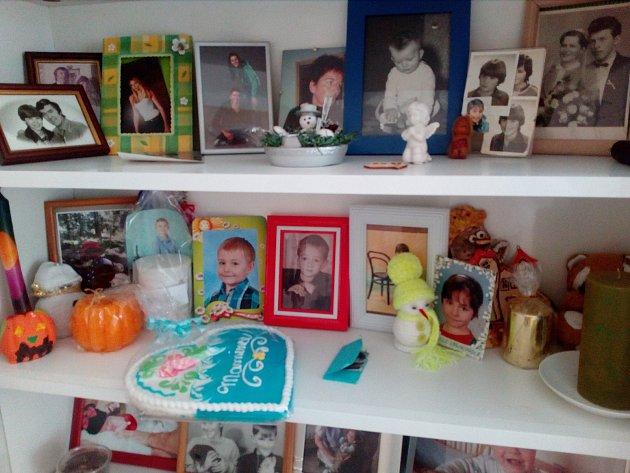 Přestože už děti odešly z domu, jsou stále všechny s Dobruškou K. Na snímku vidíte všechny její děti s vnoučaty z pěstounské péče.