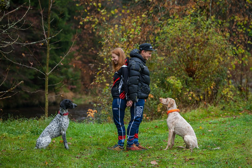Musheři Veronika navrátilová (vlevo) a Václav Vančura s jejich psy na snímku z 25. října v Rokytnici nad Jizerou.
