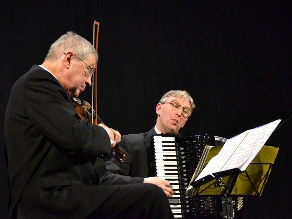 Trojanovo trio ve složení: Pavel Hůla housle, Petr Paulů kytara, Ladislav Horák akordeon.
