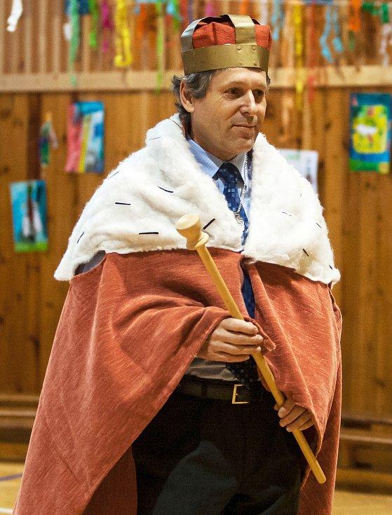 Jiří Čeřovský jako král během akce Základní škola Liberecká, kde byl několik let ředitelem.