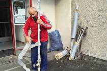 DŮM ZVLÁŠTNÍHO URČENÍ v Palackého ulici prochází rekonstrukcí vodovodu. Lidé musí den dva na jednu toaletu na patře.